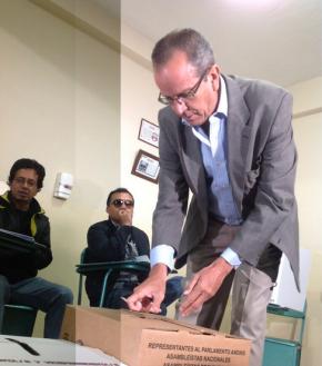 ALBERTO ACOSTA votando por la Unidad Plurinacional15-18